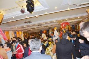 AK Partili gençler tribünü salonlara taşıdı