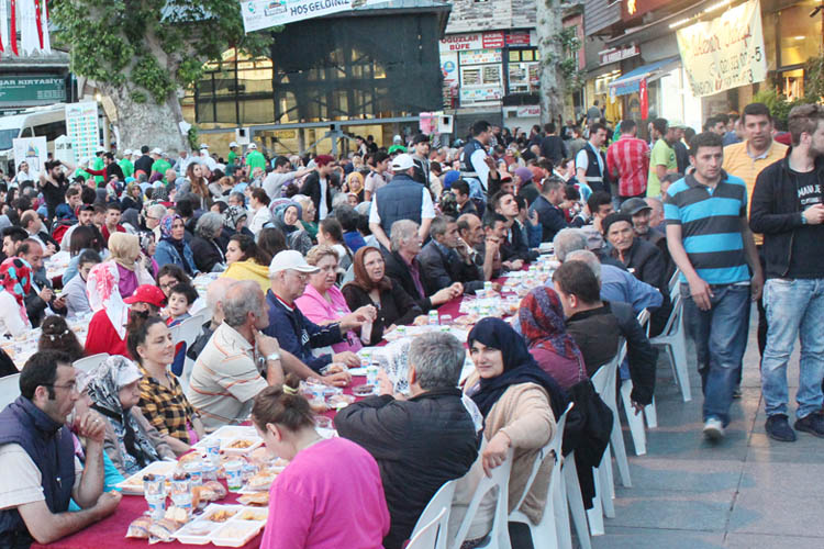 Beykoz Meydanında 5 bin kişilik iftar şöleni