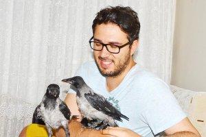 İki yavru kargayı Beykoz'daki evinde misafir ediyor