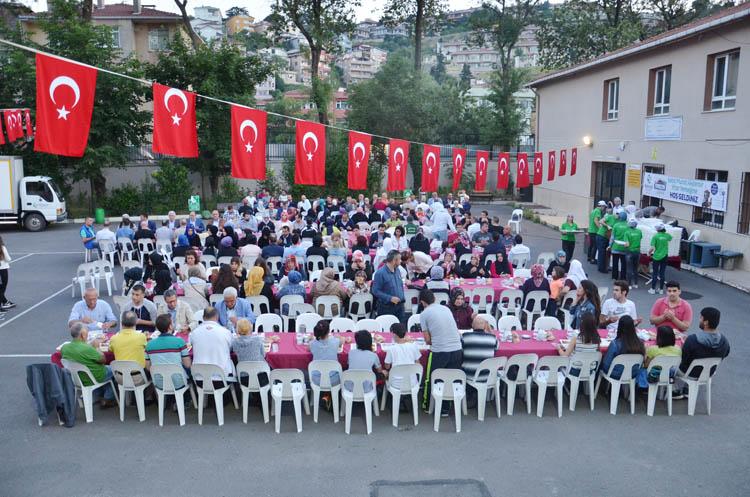 Beykozlu şehit babasından mahalle halkına iftar
