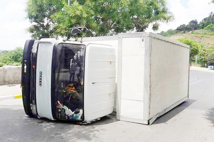Beykoz Çubuklu yolunda kamyon devrildi
