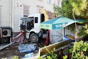 Hafriyat kamyonu Beykoz'da tarihi yalıya çarptı
