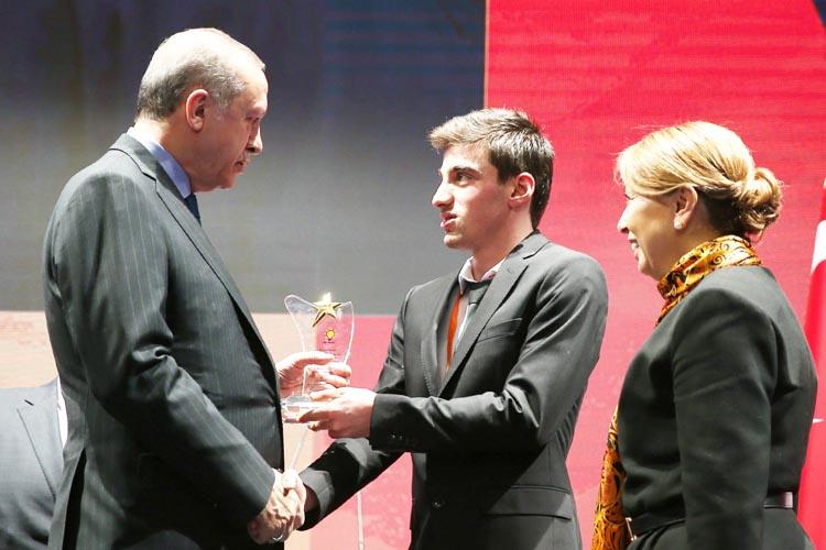Engelleri aşan Yunus Yazar'a Erdoğan'dan ödül