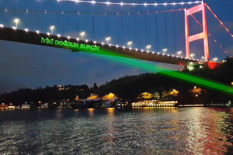 Kutlama yapılan tekneler Beykoz sahiline renk katıyor