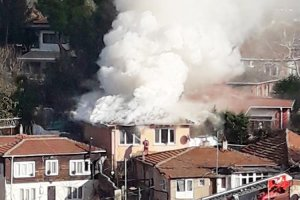 Beykoz Kanlıca'da iki katlı binada yangın çıktı