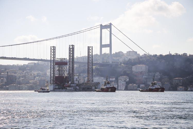 Petrol platformu taşıyan gemi Beykoz'dan geçti