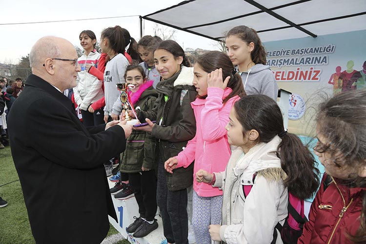 Başkan Çelikbilek genç koşuculara kupa verdi