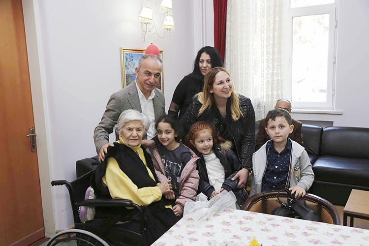 Beykoz'dan Validebağ Huzurevi'ne kucak dolusu sevgi
