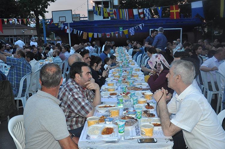 Beykoz denizcileri okul bahçesinde iftar yaptı