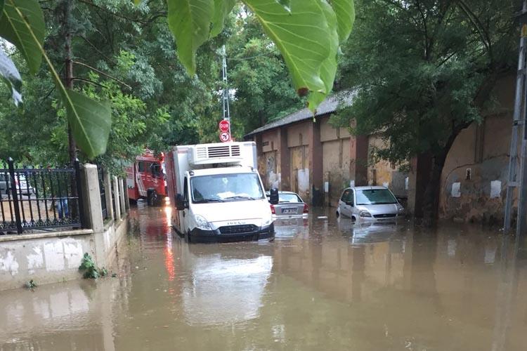 Beykoz Küçüksu'da araçlar yolda kaldı
