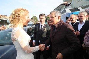 Beykoz'da gelin arabasının yolunu kesen Başkan Adayı