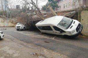 Beykoz'da duvar araçların üzerine çöktü