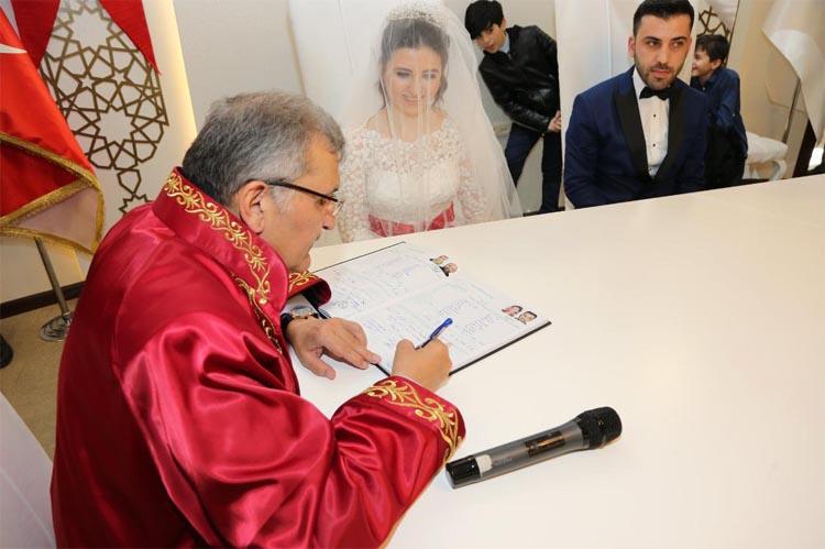 Pazar gününü nikah salonunda geçiren Başkan