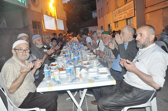 Akbabalıların 350 kişilik iftar sofrası