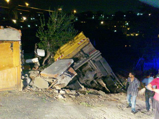 Freni patlayan kamyon evin üzerine düştü