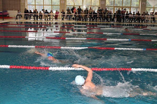 Beykozlu çocuklar yüzmeyi öğreniyor