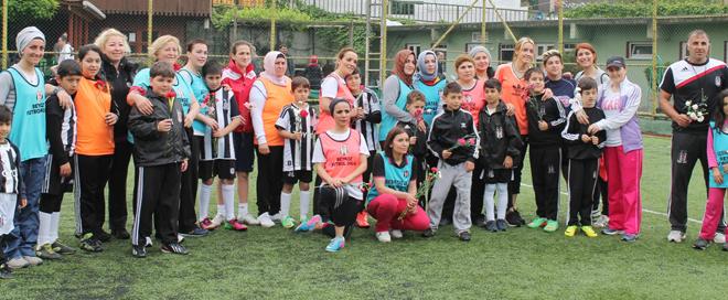 BJK Futbol Okulu'nda annelerin maçı vardı