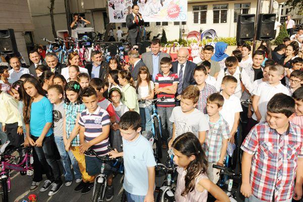 Belediye 500 çocuğa bisiklet verdi