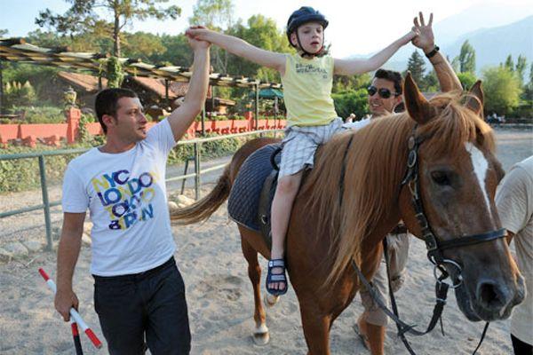 Riva'da özürlü çocuklara at üstünde terapi