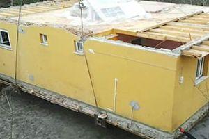 Karadenizli inşaatçı evini vinçle taşıdı