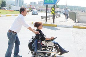 Tekerlekli sandalyeyle hakkını arıyor