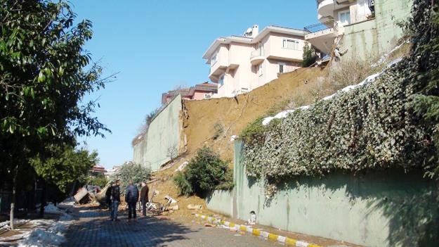 Beykoz'da istinat duvarı çöktü, 2 villa boşaltıldı!