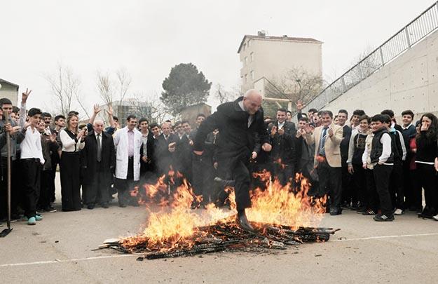 Beykoz Belediye Başkanı Nevruz ateşinden atladı