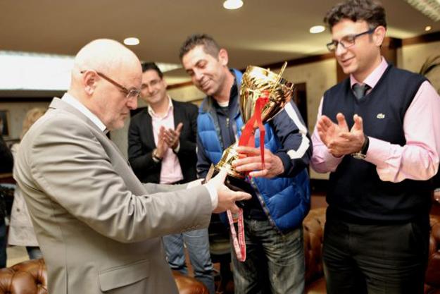 Şampiyon Hentbolcular Kupayı Başkan'a Hediye Etti