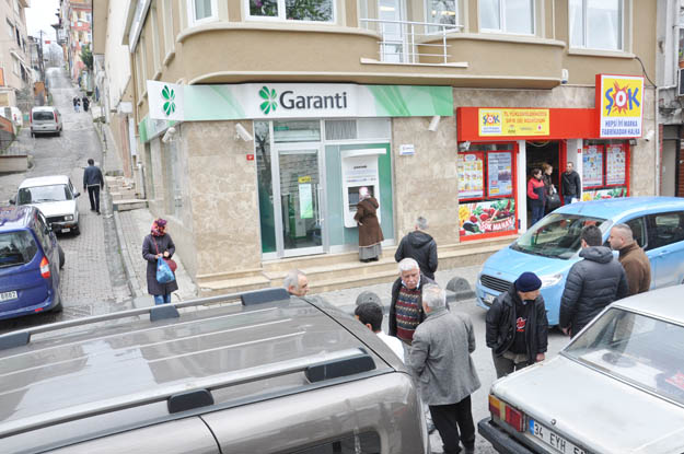 Beykoz'da banka güvenlik görevlisi kendini vurdu.
