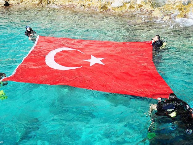 Şehitler için denizde bayrak açtılar