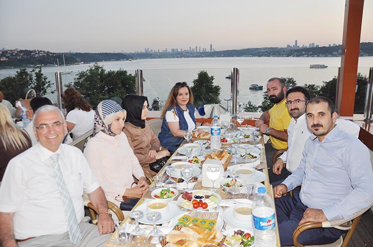 Beykoz'un muhtarları iftar sofrasında protokolü ağırladı