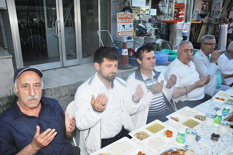 Ali Evlimen, merhum abisi için iftar yemeği verdi