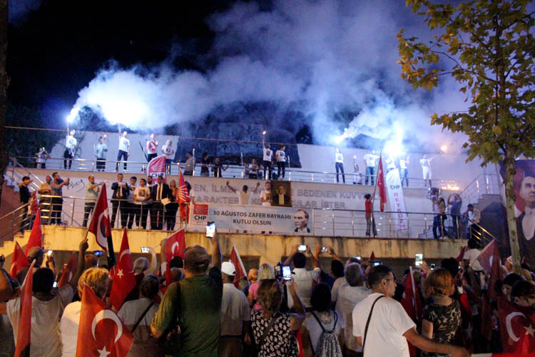 CHP Beykoz'da, Zaferi fener alayıyla kutladı