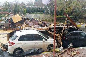 Beykoz'da lodos çatı uçurdu