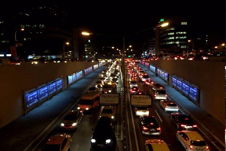Beykoz'daki trafik İstanbul'u vurdu. Beş araç birbirine girdi