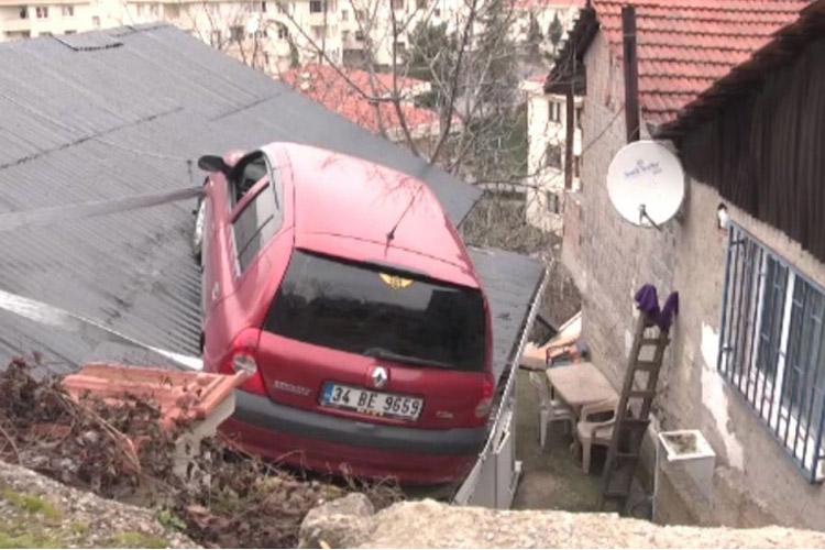 Beykoz Çubuklu'da evin çatısında bir araba