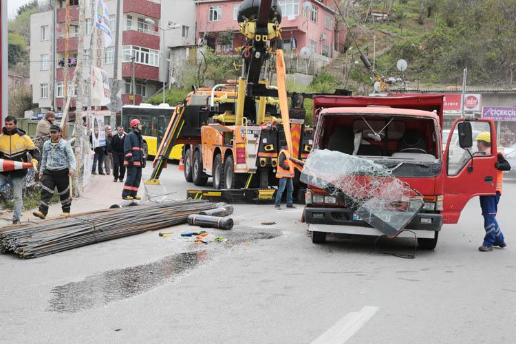 Beykoz Dedeoğlu'nda demir yüklü kamyon devrildi
