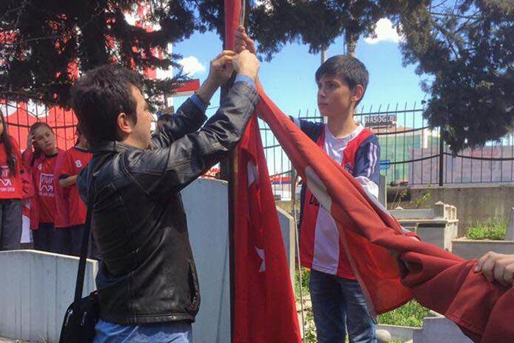 Rüzgarlıbahçe futbolcuları bayrak değiştirdi