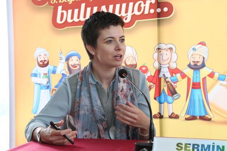Oyuncu anne Beykoz'da kitaplarını imzaladı