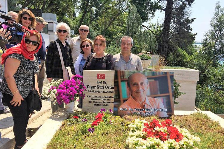 Prof. Öztürk Beykoz Kanlıca'da ki mezarı başında anıldı.