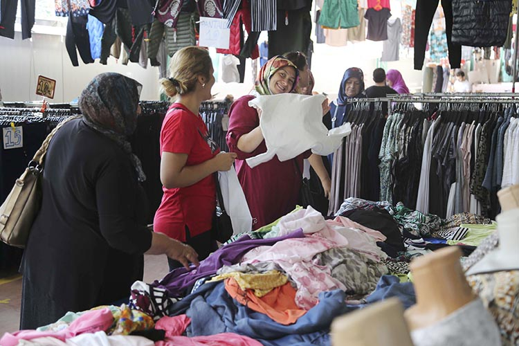 Beykoz Sosyete Pazarı'nda markalara ucuz fiyat