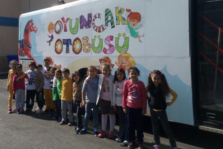 Beykozlu çocuklar için oyuncak otobüsü hizmette