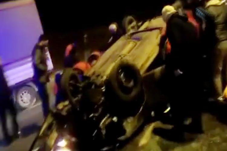 Beykoz'da okul servisinin çarptığı otomobil takla attı
