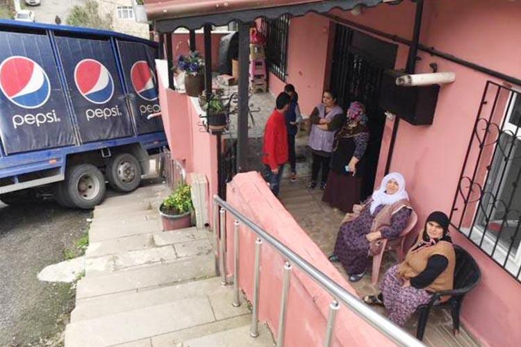 Beykoz'da freni tutmayan pepsi kamyonu binaya çarptı