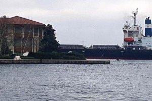 Yük gemisi Beykoz sahilinde yalıya çarptı