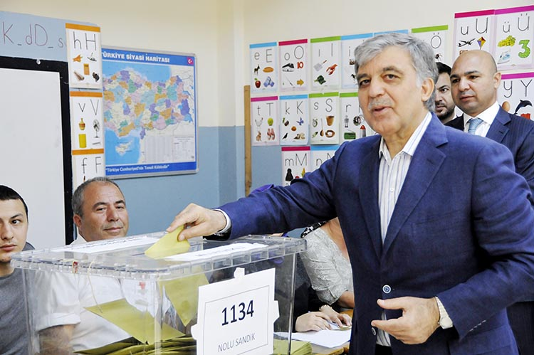 Abdullah Gül Beykoz Çubuklu'da oy kullandı