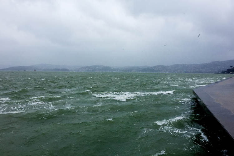 Beykoz'da fırtına suyun rengini değiştirdi