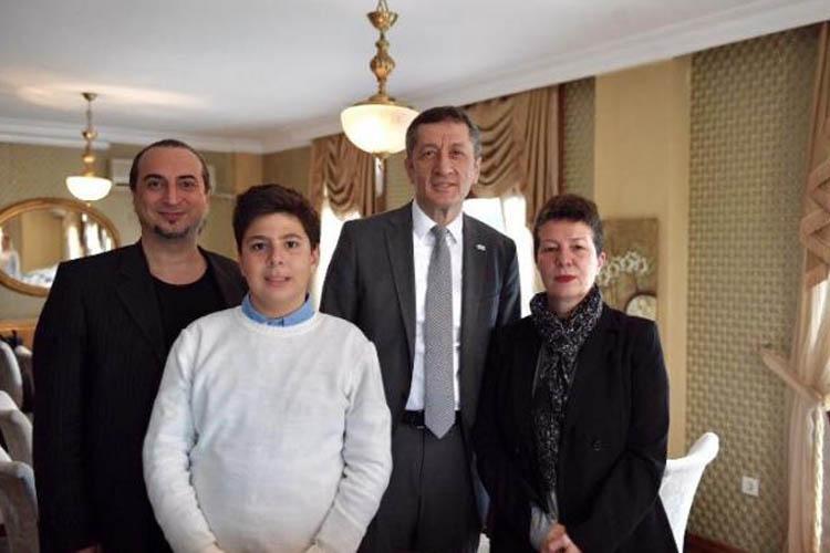 Bakan Selçuk, Beykoz'da otizmli Ozan ile buluştu
