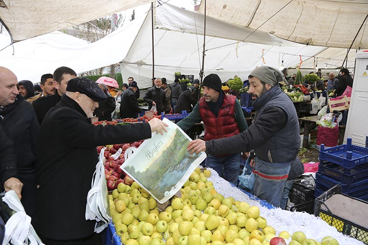 Beykoz Belediye Başkanı pazarda bez çanta dağıttı