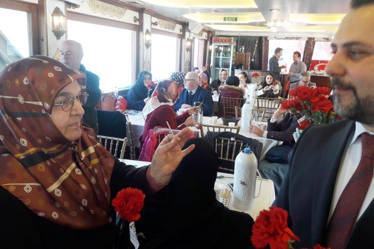 İYİ Partili Kadınlar 8 Mart'ı denizde kutladı